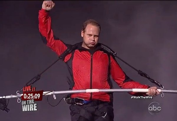 Nik-Wallenda-crosses-Niagara-Falls-on-tightrope
