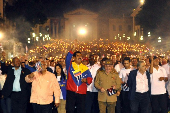Raul-castro-marcha-antorchas-celac4-580x385-1